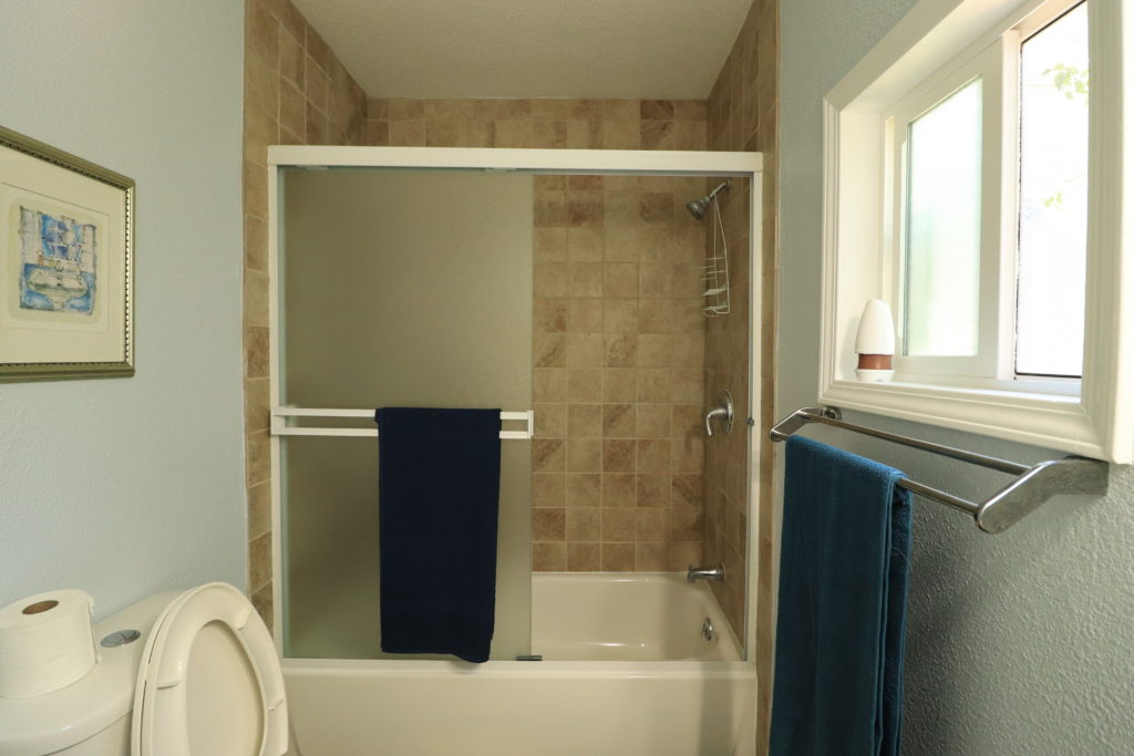 Airbnb Tiny House: airbnb shower&tub